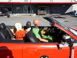 Accident examples - Initial position of the crash test dummies in the car, the child dummy standing in the BMW